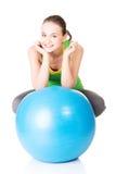 Gesunde Lebensstilfrau mit pilates Übungsball. lizenzfreie stockfotos