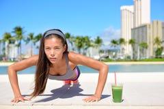 Gesunde Lebensstilmädchenübung und grüner Smoothie Stockbilder