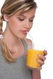 Gesunde Lebensstilserie - Frau mit Orangensaft Lizenzfreies Stockfoto