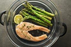 Gesunde Mahlzeit mit den Lachsen gedämpft im Topf stockfotografie