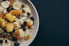 Gesunde Mahlzeiten des Frühstückshafermehl-Breis stockfotografie