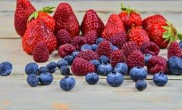 Gesunde Mischfrucht und Bestandteile mit Erdbeere, Himbeere, Blaubeere Beeren auf rustikalem weißem hölzernem Hintergrund Lizenzfreie Stockfotografie