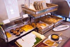 Gesunde Morgenmahlzeit des Hotelrestaurantcaterings, amerikanische Frühstücksnahrungsbuffetanordnung mit Bäckerei-Zusammenstellun lizenzfreie stockbilder