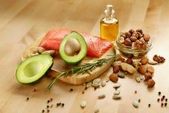 Gesunde Nahrung Bestandteile voll des gesunden Fettes auf Tabelle lizenzfreie stockfotografie