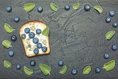 Gesunde Nahrung detox Nützlicher Snack Rösten Sie mit Blaubeeren, zarter Sahnecreme, chia Samen und Kürbiskernen Stockbild