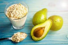 Gesunde Nahrung Diätetisches Frühstück oder Snack Grüne Smoothies vom Jogurt, Avocado, Hafermehl Auf blauem Holztisch mit Stockbild