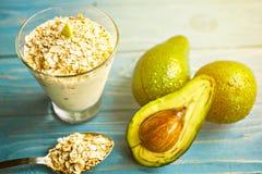 Gesunde Nahrung Diätetisches Frühstück oder Snack Grüne Smoothies vom Jogurt, Avocado, Hafermehl Auf blauem Holztisch mit Lizenzfreies Stockbild