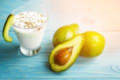 Gesunde Nahrung Diätetisches Frühstück oder Snack Grüne Smoothies vom Jogurt, Avocado, Hafermehl Auf blauem Holztisch mit Stockfoto
