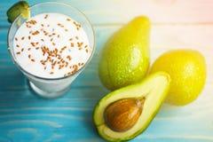 Gesunde Nahrung Diätetisches Frühstück oder Snack Grüne Smoothies vom Jogurt, Avocado, Hafermehl Auf blauem Holztisch mit Stockbilder