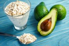 Gesunde Nahrung Diätetisches Frühstück oder Snack Grüne Smoothies vom Jogurt, Avocado, Hafermehl Auf blauem Holztisch mit Lizenzfreie Stockfotos