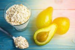Gesunde Nahrung Diätetisches Frühstück oder Snack Grüne Smoothies vom Jogurt, Avocado, Hafermehl Auf blauem Holztisch mit Lizenzfreie Stockfotografie