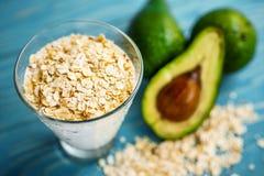 Gesunde Nahrung Diätetisches Frühstück oder Snack Grüne Smoothies vom Jogurt, Avocado, Hafermehl Auf blauem Holztisch mit Stockfotografie