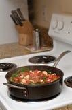 Gesunde Nahrung, die auf die Ofenoberseite kocht lizenzfreies stockfoto