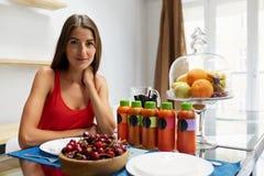 Gesunde Nahrung Frau mit Detox Smoothie in der Küche nahrung stockbild