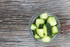 Gesunde Nahrung Frische Gurken werden in Stücke in einer Glasschüssel geschnitten Frische Frucht auf einem weißen Hintergrund Stockfotos