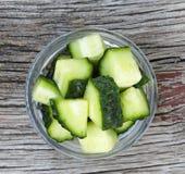 Gesunde Nahrung Frische Gurken werden in Stücke in einer Glasschüssel geschnitten Frische Frucht auf einem weißen Hintergrund Stockfoto