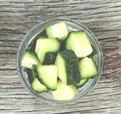 Gesunde Nahrung Frische Gurken werden in Stücke in einer Glasschüssel geschnitten Frische Frucht auf einem weißen Hintergrund Lizenzfreies Stockfoto