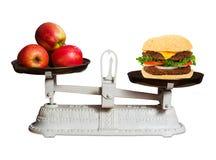 Gesunde Nahrung gegen Schnellimbiß stockfoto