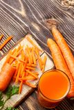 Gesunde Nahrung - geschnittene Karotte und Karottensaft stockfoto