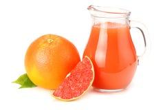 Gesunde Nahrung Grapefruitsaft mit der geschnittenen Pampelmuse lokalisiert auf weißem Hintergrund lizenzfreie stockfotos