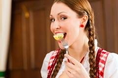 Gesunde Nahrung - junge Frau mit Früchten stockfotos