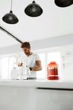 Gesunde Nahrung Mann, der Proteindrink vorbereitet Lebensmittelergänzungen stockfotografie