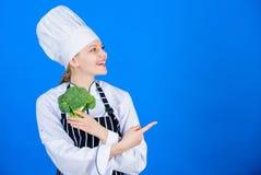 Gesunde Nahrung Nährendes Konzept Essen Sie gesundes Mädchengriffgemüse Organische Nahrung Gesunde vegetarische Rezepte Frau stockbilder