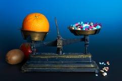 Gesunde Nahrung oder Pillen Lizenzfreie Stockbilder