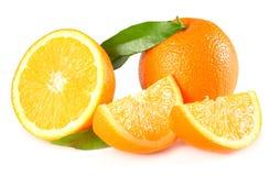 Gesunde Nahrung Orange mit dem grünen Blatt lokalisiert auf weißem Hintergrund Stockbild