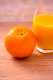 Gesunde Nahrung: Orange und Saft zum Frühstück Lizenzfreie Stockfotografie