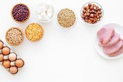 Gesunde Nahrung Reiches Protein und Faser der Produkte Hülsenfrüchte, Nüsse, fettarmer Käse, Treffen, Eier Rohe Bohnen, Kichererb stockfoto