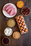 Gesunde Nahrung Reiches Protein und Faser der Produkte Hülsenfrüchte, Nüsse, fettarmer Käse, Treffen, Eier Rohe Bohnen, Kichererb lizenzfreie stockfotos