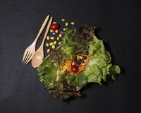 Gesunde Nahrung Säubern Sie Lebensmittel, frischen grünen Salat auf schwarzem Hintergrund Lizenzfreie Stockfotografie