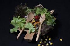 Gesunde Nahrung Säubern Sie Lebensmittel, frischen grünen Salat auf schwarzem Hintergrund Stockfotos