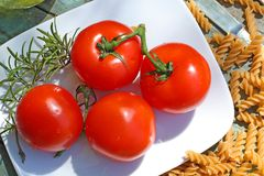 Gesunde Nahrung, Teigwaren und Tomaten Stockbild