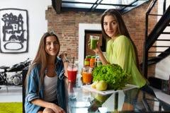 Gesunde Nahrung und Diät-Lebensmittel Frauen, die frischen Saft trinken lizenzfreie stockbilder