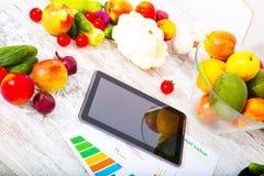 Gesunde Nahrung und Tablette Lizenzfreie Stockfotos