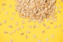Gesunde Nahrung Viele Flocken Muesli für Frühstück Gelbhintergrund stockfoto