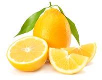 Gesunde Nahrung Zitrone mit dem grünen Blatt lokalisiert auf weißem Hintergrund stockfoto