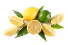 Gesunde Nahrung Zitrone und Kalk mit dem grünen Blatt lokalisiert auf Draufsicht des weißen Hintergrundes stockfotos