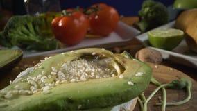 Gesunde Nahrung Gesunde Zusammenstellung des Gemüses und der Früchte mit Hülsenfrüchte: Sandwich mit Avocado und indischem Sesam, stock footage