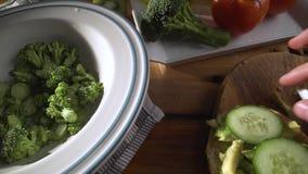 Gesunde Nahrung Gesunde Zusammenstellung des Gem?ses und der Fr?chte mit H?lsenfr?chte Auf einem h?lzernen Hintergrund stock video