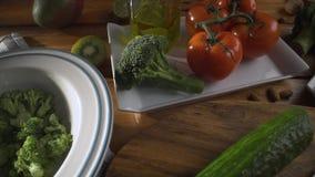 Gesunde Nahrung Gesunde Zusammenstellung des Gem?ses und der Fr?chte mit H?lsenfr?chte Auf einem h?lzernen Hintergrund stock footage