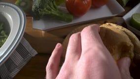 Gesunde Nahrung Gesunde Zusammenstellung des Gem?ses und der Fr?chte mit H?lsenfr?chte Mann schneidet frisches Brot Nahaufnahme stock footage