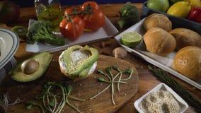 Gesunde Nahrung Gesunde Zusammenstellung des Gem?ses und der Fr?chte mit H?lsenfr?chte: Sandwich mit Avocado und indischem Sesam, stock video