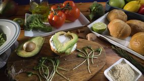 Gesunde Nahrung Gesunde Zusammenstellung des Gem?ses und der Fr?chte mit H?lsenfr?chte: Sandwich mit Avocado und indischem Sesam, stock footage