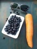 Gesunde Nahrungsmittel und Gläser stockfotografie