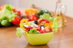 gesunde Nahrungsmittelfrischgemüse hinter griechischem Salat Stockbild
