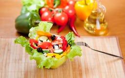 gesunde Nahrungsmittelgemüsesalat mit Gabel auf Matte Stockbilder