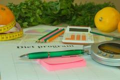Gesunde natürliche Diät des biologischen Lebensmittels, reife Ernte Fruchtzusammensetzung, messendes Band, Taschenrechner Stockbilder